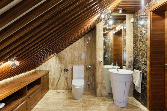 деревянные рейки на потолке в мансардной ванной