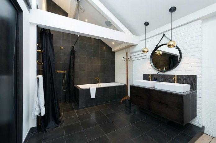черно-белая мансардная ванная