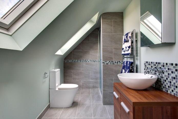 мансардная ванная в серых тонах