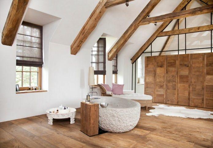 ванная на мансарде в бело-коричневых тонах