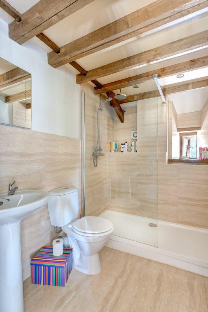 ванная на мансарде в бело-бежевых тонах