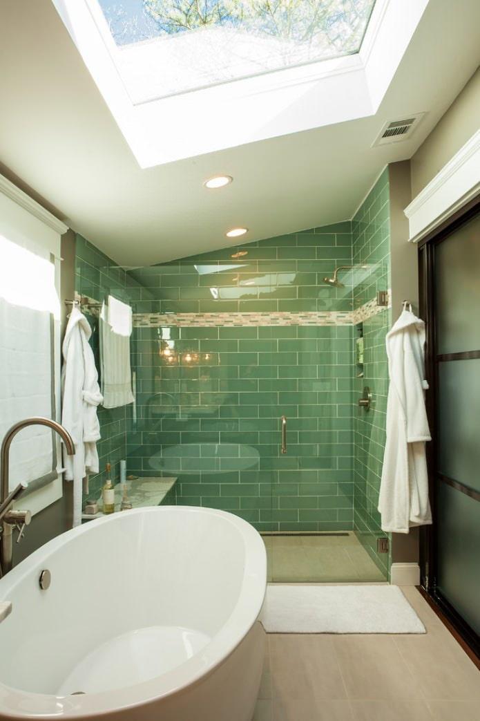 зеленая мансардная ванная