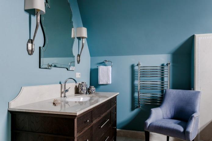 синяя мансардная ванная