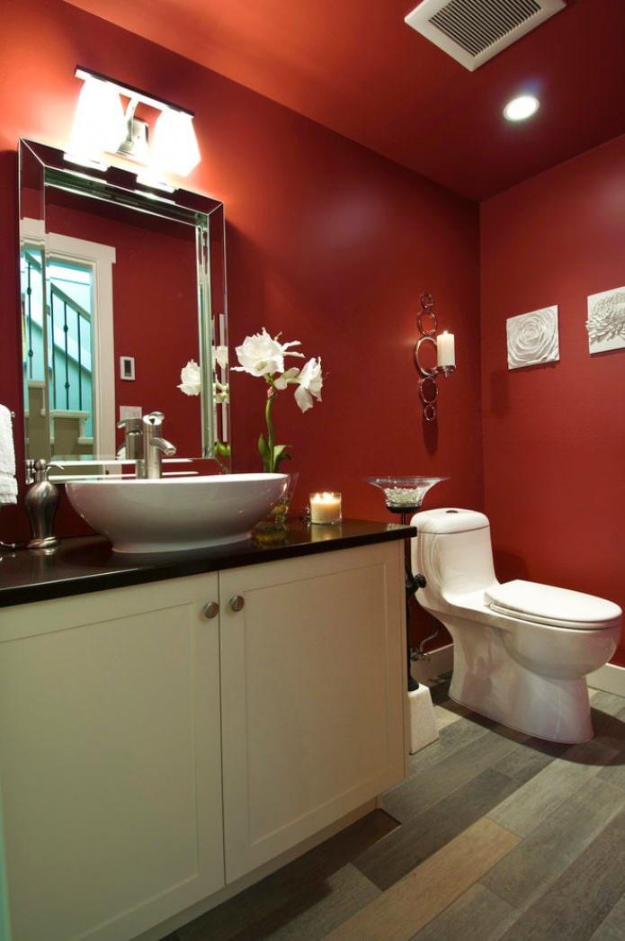 Красный цвет в интерьере санузла