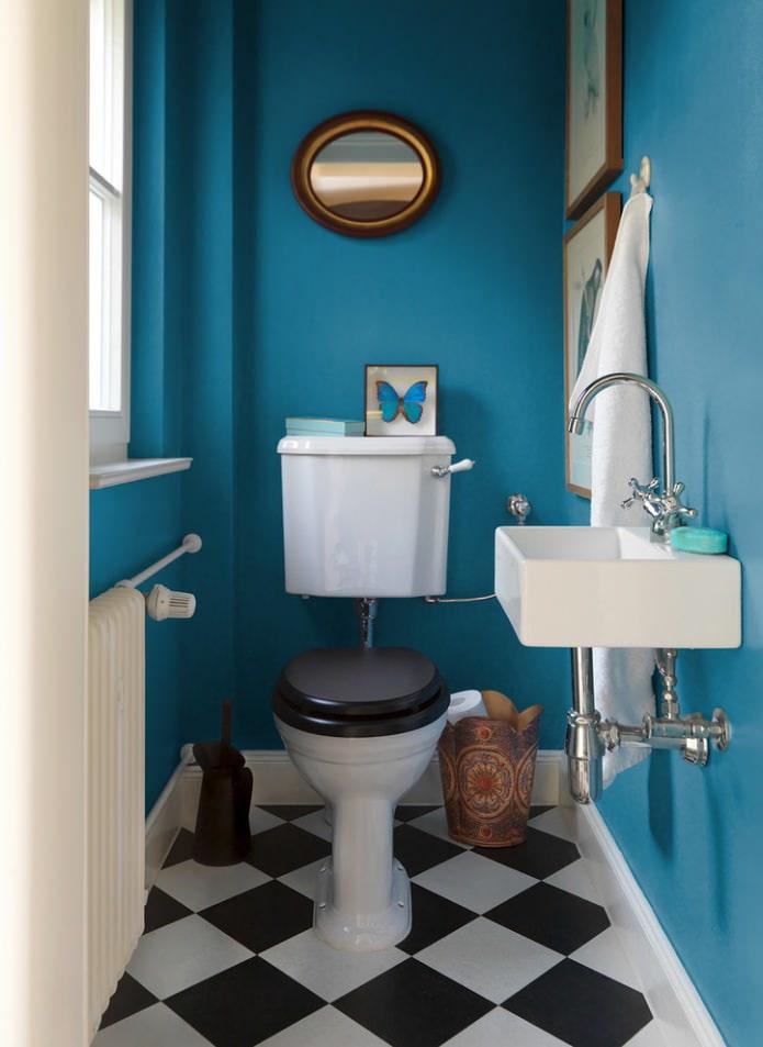 синие стены в туалете