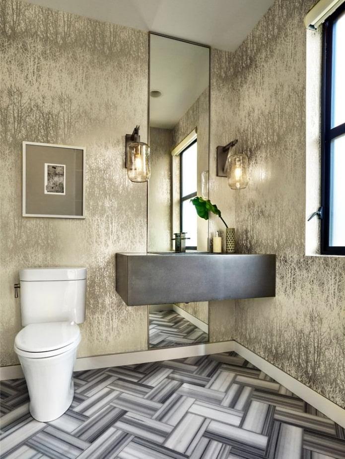 туалет с отделкой золотистыми обоями шелкография