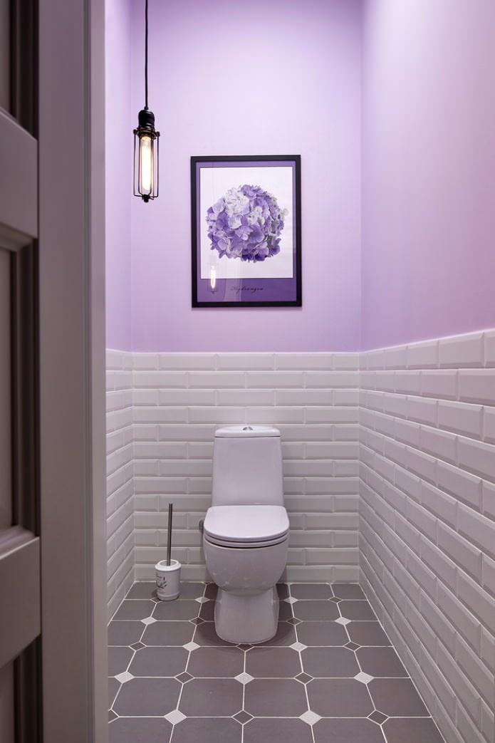 покраска и плитка на стене в туалете