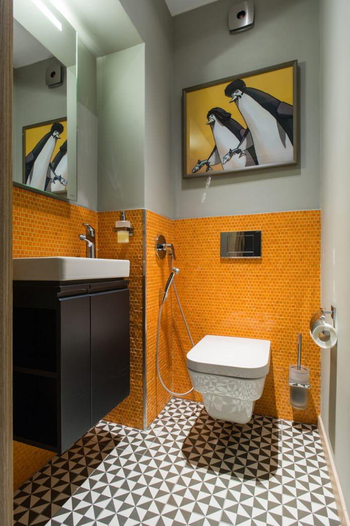 покраска и мозаика на стене в туалете