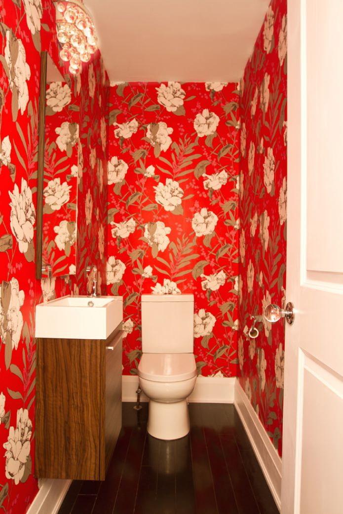 красные обои в туалете