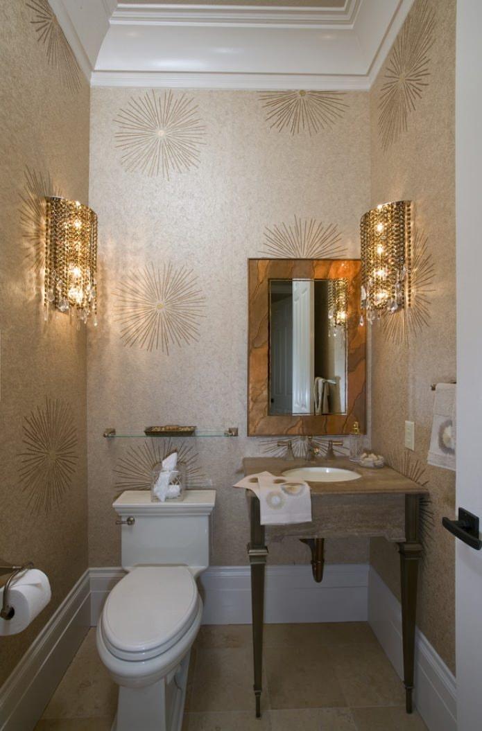 бра на стенах в туалете