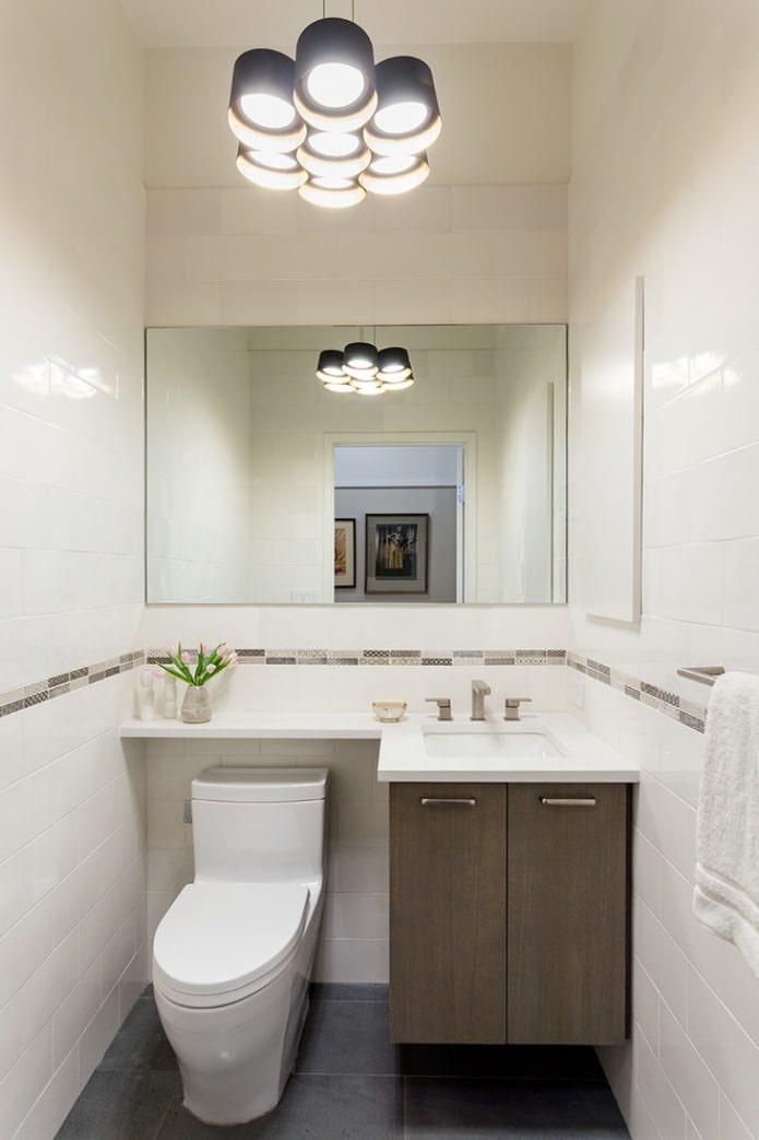 подвесной светильник в туалете