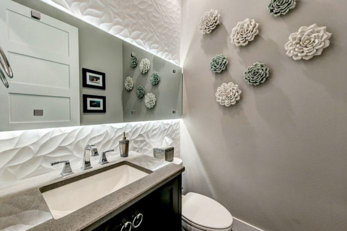 декор на стене в туалете