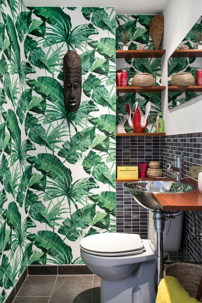 рисунок листьев папоротника на стене в туалете