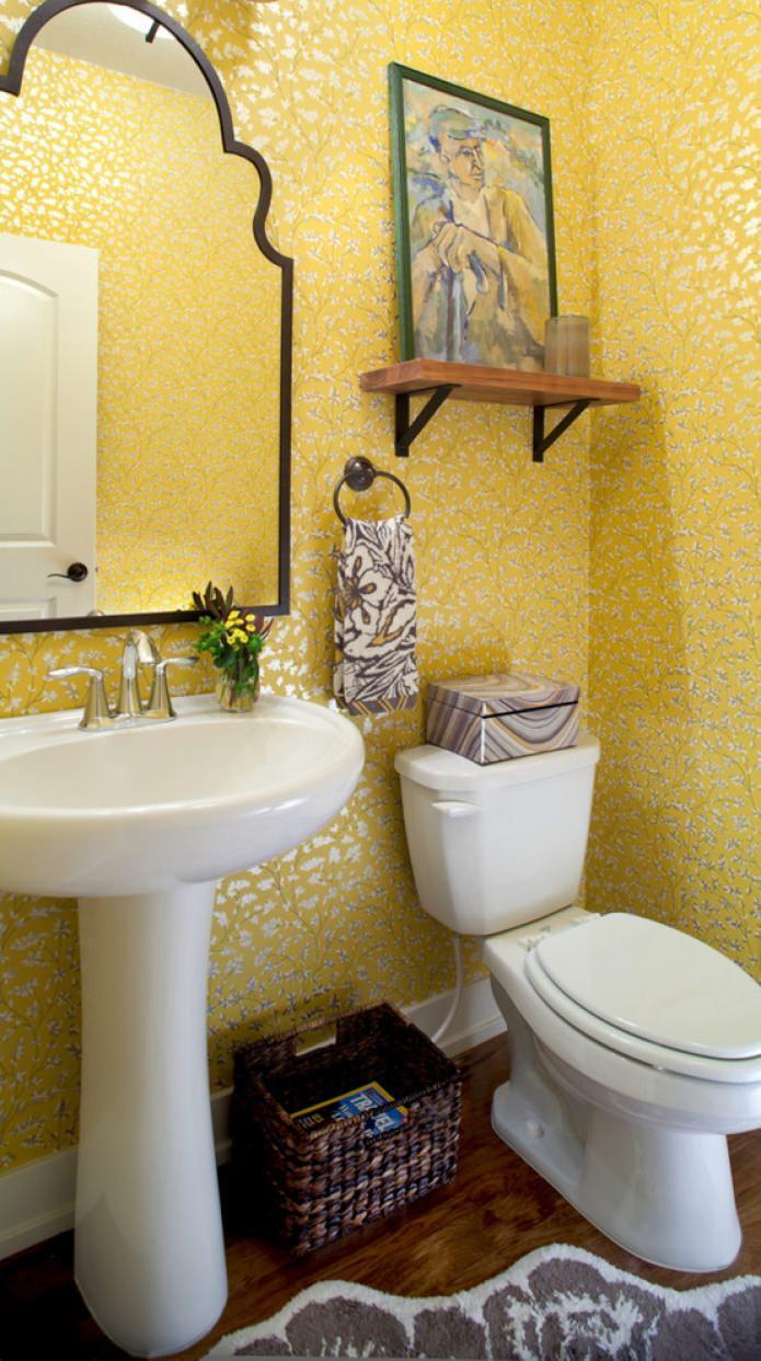 желтые обои в санузле
