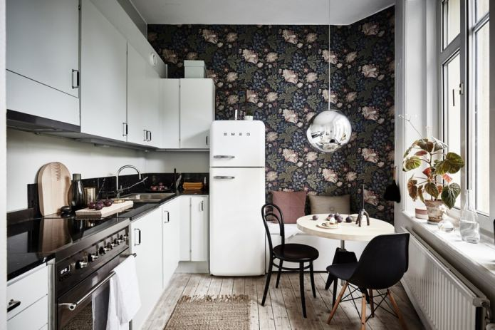 темные обои с крупным цветочным рисунком на кухне
