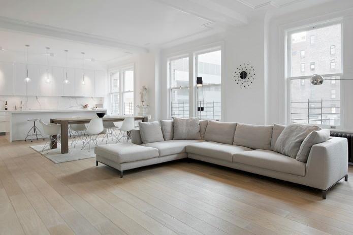 светлый ламинат и светло-серая мебель