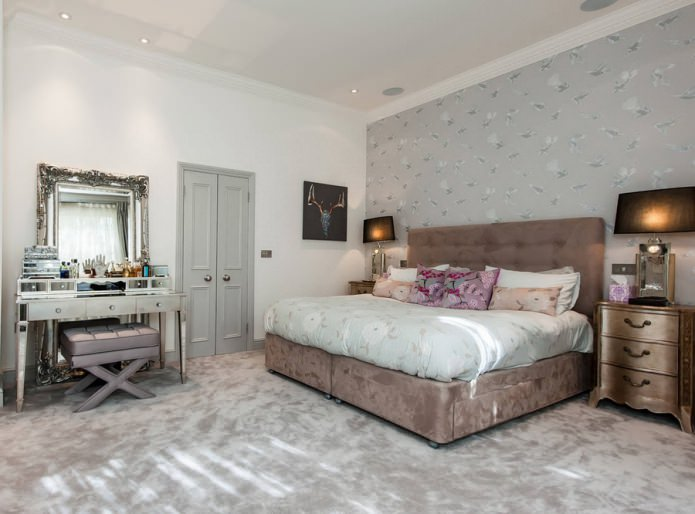 Светло-серые двери в спальне