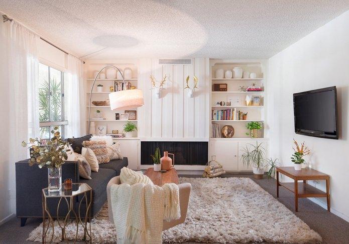 интерьер небольшой гостиной в светлых тонах