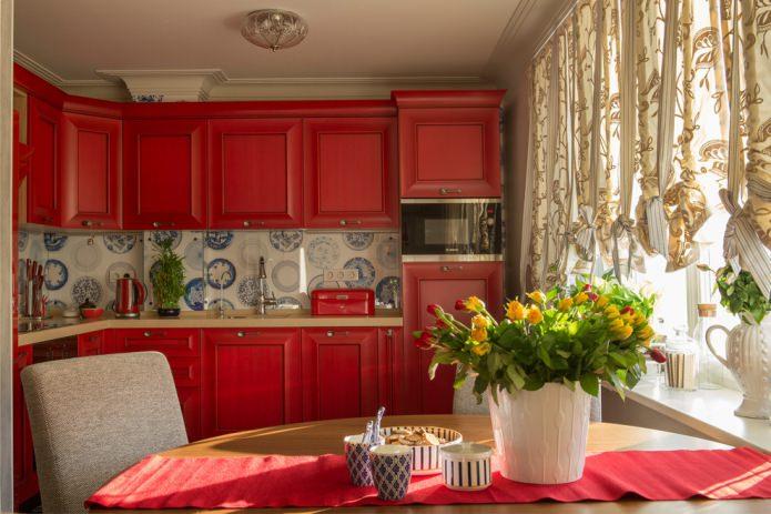 матовый кухонный гарнитур со стеклянным фартуком с принтом