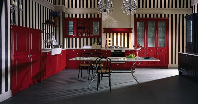 бордово-черная кухня с полосатыми обоями
