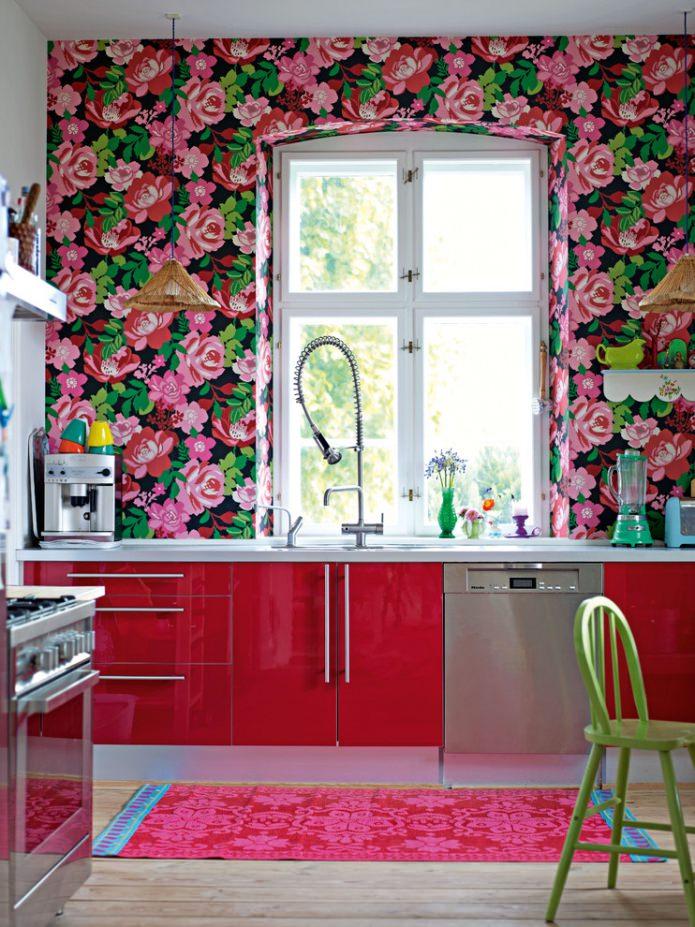 обои в цветочек на кухне