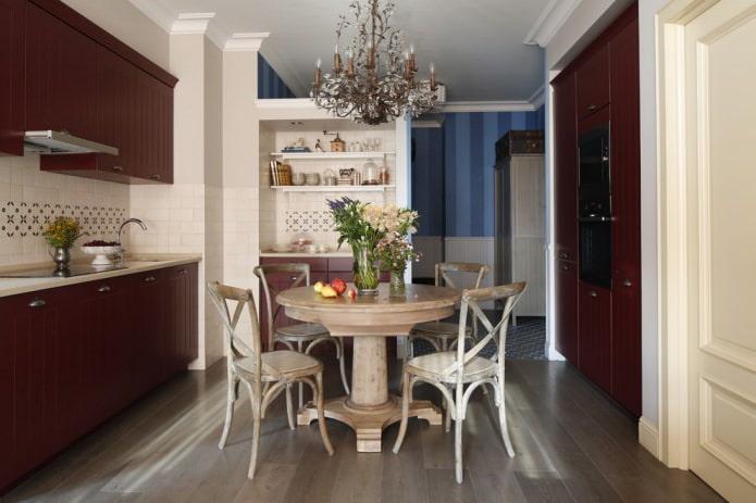 белый потолок на кухне с бардовыми фасадами