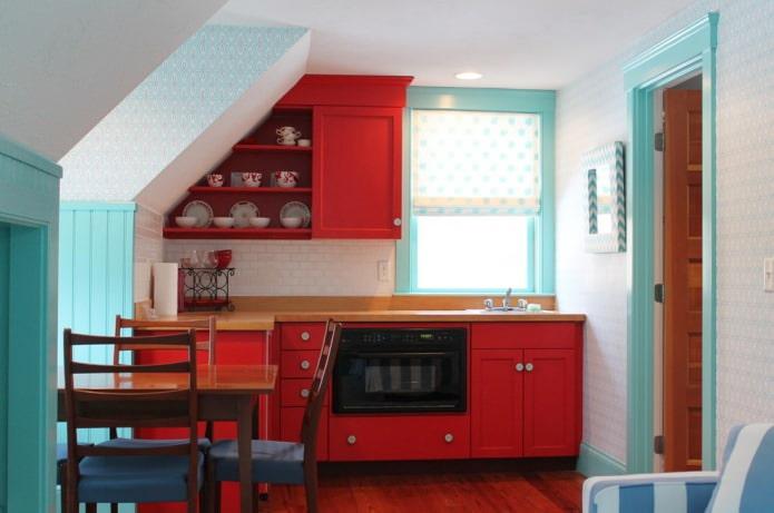 бело-голубые обои на кухне с красными фасадами