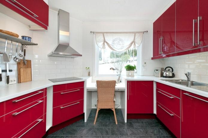 шторы на кухне с красными фасадами