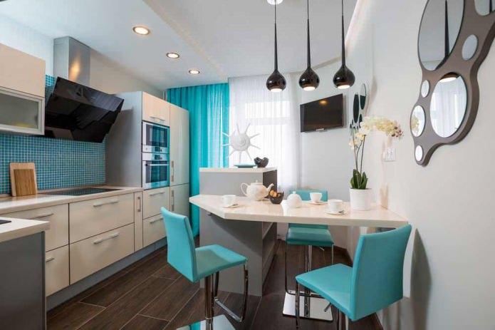 кухня с белыми гарнитуром и бело-бирюзовыми шторами