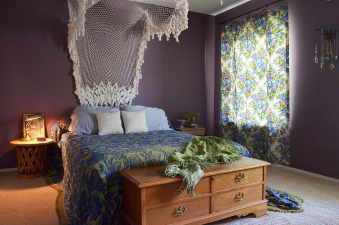 спальня в фиолетовом цвете с ажурным балдахином и сундуком