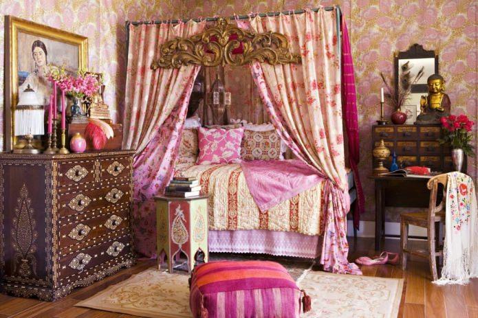 розовая спальня с отделкой стен цветными обоями с рисунком