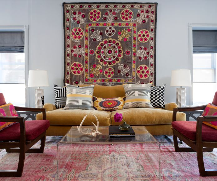 желтый замшевый диван и малиновые кресла с деревянным каркасом