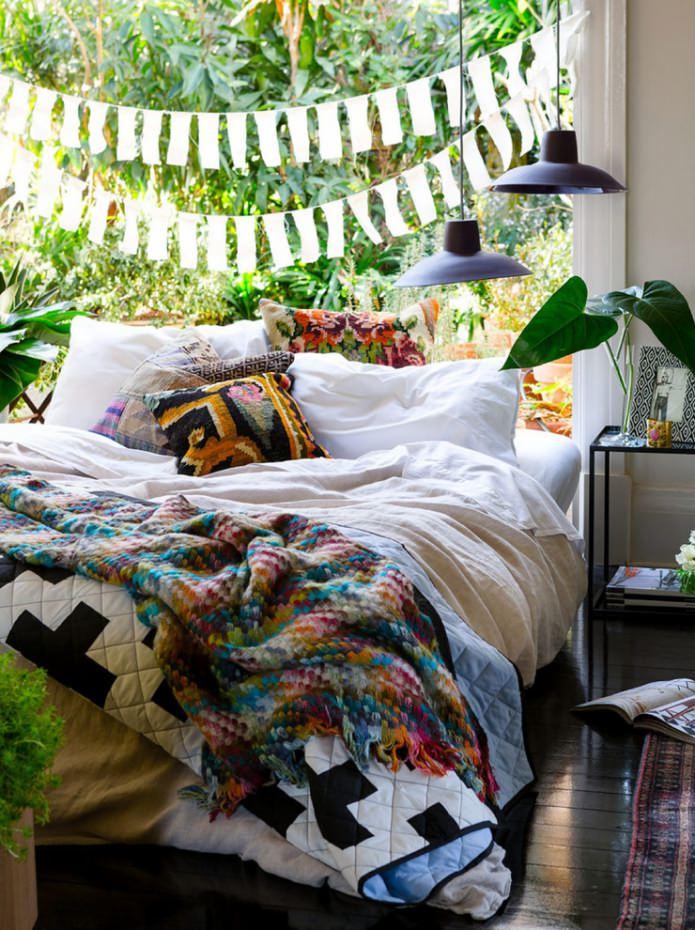 спальня с гирляндой