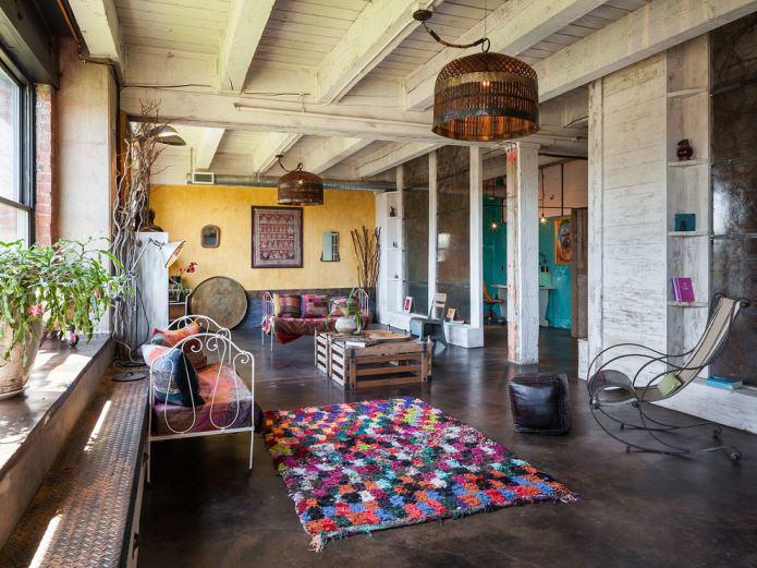 гостиная бохо с лоскутным ковром