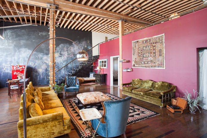 розовые стены в гостиной