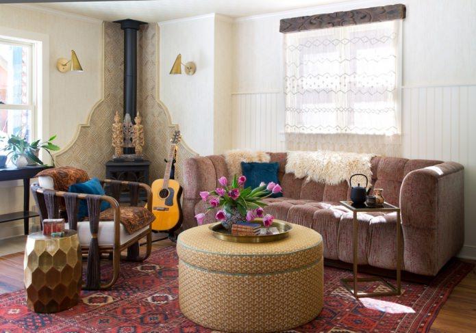 коричневый диван в комнате в стиле бохо
