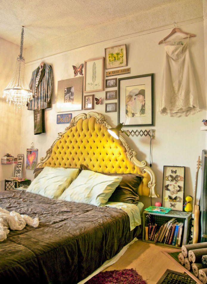 спальня в стиле бохо в желтым изголовьем