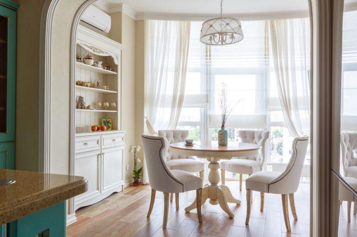 легкие белые шторы в столовой