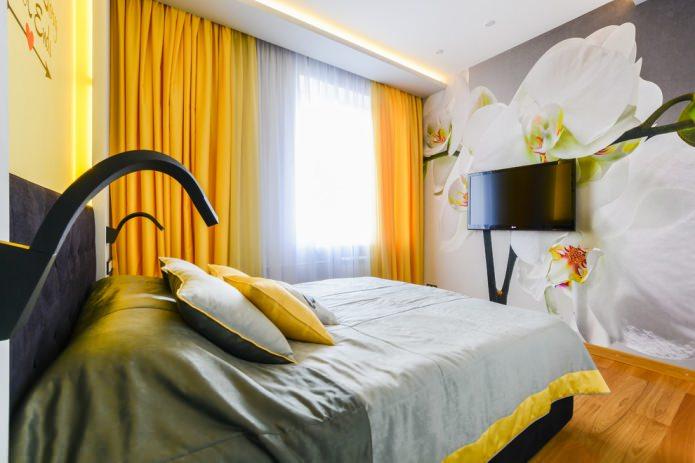 спальня с желтыми шторами и фотообоями