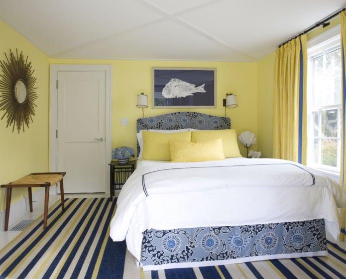 желто-синяя спальня в пастельных оттенках