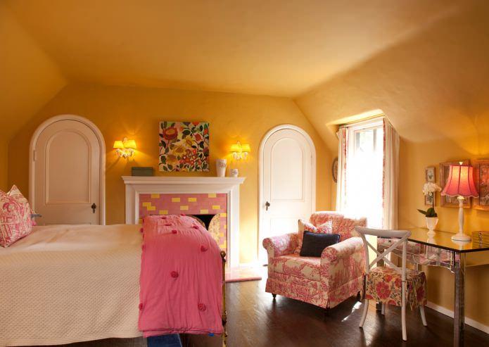 желтая детская на мансарде с розовым текстилем