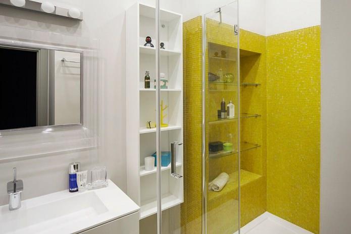 ванная с желтой мозаикой