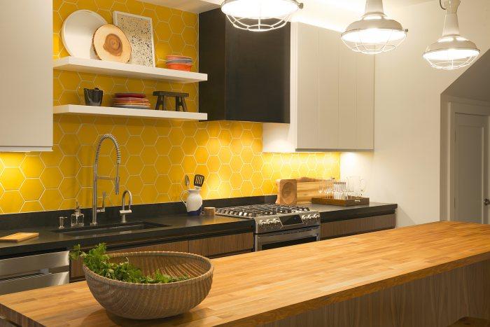 Серо-бело-желтая кухня