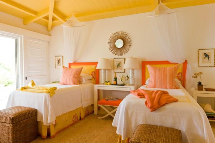 детская в деревенском стиле с окрашенным деревянным желтым потолком