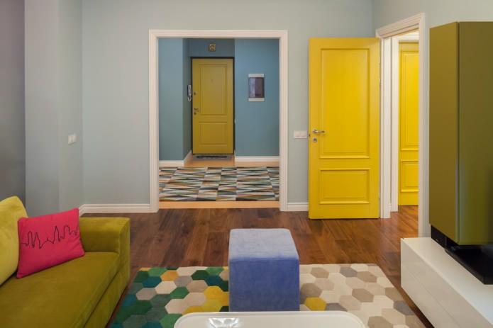 яркий современный интерьер с лимонными межкомнатными дверями