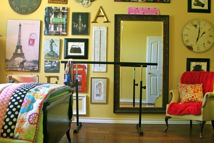 картины на желтой стене