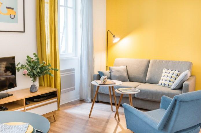 желтые стены, серый диван