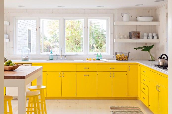 современный интерьер с лимонным матовым гарнитуром
