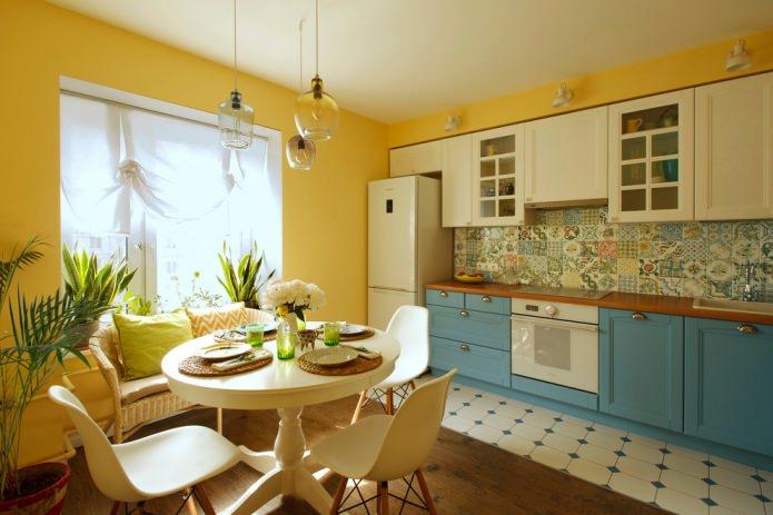 кухня с желтыми стенами и бело-голубым гарнитуром