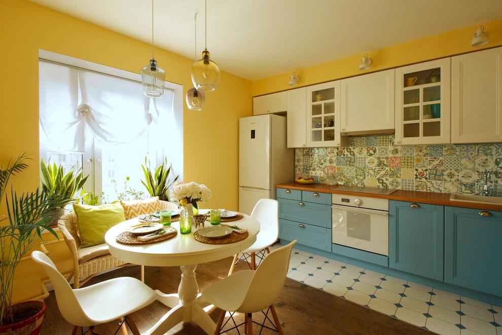 Синие стены желтая кухня